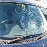 車の窓ガラスが割れてしまったときの対処法