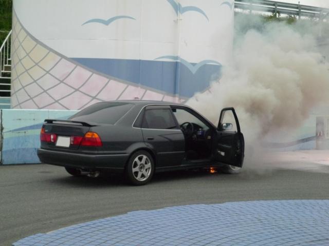 走行中にガソリン臭がしたときの原因と対処法
