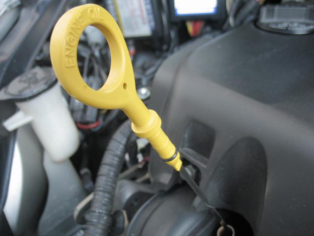 車のエンジンオイルの量が減ってしまうトラブルの対処法
