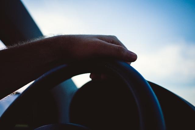 ハンドルを切ってないのに勝手に曲がる!車のトラブルの原因と対処方法